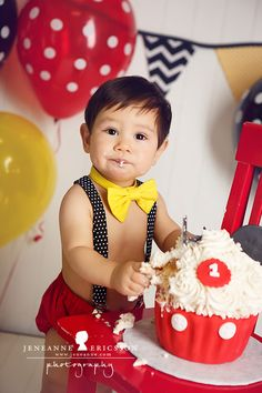 This is so cute, but I like the banner in the back. Mickey Mouse Giant cupcake cake smash