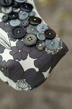 DIY: Accessories With Old Buttons, Beautiful Bag Transformation
