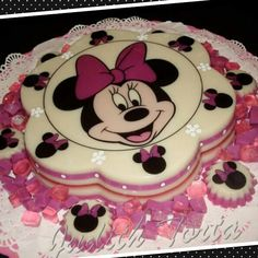 Gelatina en capas. Minnie Mouse. Minnie Mouse Birthday Cakes, Minnie Mouse Baby Shower, Mickey Mouse Cake, Mickey Mouse Parties, Minnie Mouse Cake, Pink Birthday, Jello Desserts, Purple Cakes, Jelly Cake