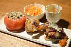 【Rotis KITAYAMAのお惣菜】お客さまからのうれしいお土産は、北山「Rotis KITAYAMA」の美味しそうなお総菜。チキンも香草の優しい香り、トマトの中に入っているのはみじん切りされた玉葱です。贅沢な夜となりました〜。