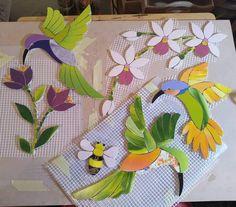 No photo description available. Mosaic Animals, Mosaic Birds, Mosaic Flowers, Stained Glass Flowers, Stained Glass Patterns, Mosaic Patterns, Mosaic Garden Art, Mosaic Tile Art, Mosaic Diy