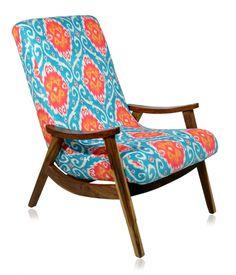 Poltrona estilo anos 60, estrutura em imbuia, revestimento em tecido com impressão digital.