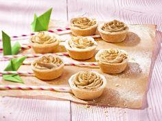 Cupcakes jabłkowe różyczki przepis – Zobacz na przepisy.pl Cupcakes Roses, Mini Cupcakes, Caramel, Sweet Pastries, Open Kitchen, Finger Food, Super Easy, Chocolate, Baking