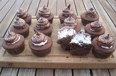 Als Kind habe ich Schokoküsse geliebt. Es gab sie immer zu meinem Geburtstag und hier habe ich nun ein Rezept, wie ihr selbst Cupcakes mit Schokokuss-Haube machen könnt :) Muffins, Kakao, Kind, Desserts, Birthday, Bakken, Food Food, Tailgate Desserts, Muffin