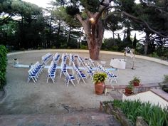 Cadires amb coixí blau marí i moqueta blau clar pel passadís. www.eventosycompromiso.com
