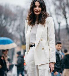 Look monocromático todo branco com blazer e calça de alfaiataria.