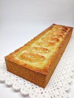 Un cuore morbido di crema, delle mele caramellate eleganti ed una frolla friabile. Una crostata gustosa nella sua semplicità... Apple Deserts, Pear Cake, Romanian Food, Cake & Co, Baked Apples, Confectionery, Pain, Cheesecake, Cake Recipes