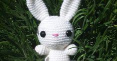 Håll i hatten, ännu ett mönster på ett djur! Den här gången har jag virkat en vit kanin som nog även en nybörjare kan få ihop.  Som med alla... Easter Crochet, Crochet Baby, Amigurumi Patterns, Christmas Ornaments, Knitting, Holiday Decor, Creative, Blog, Handmade