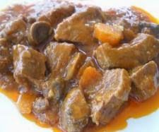 Ingredientes: -1000 gr de ternera cortado en trozos pequeños -200 gr de cebolla -150 gr de pimientos -4 dientes de ajo -60 gr de aceite ...