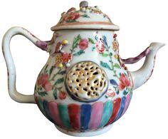 Théière à décor moulé peinte dans les émaux de la famille rose en porcelaine de Chine de la Compagnie des Indes d'époque Yongzhzeng. Décorée dans les émaux de la famille rose, dans une large palette, et moulée en forme de chrysanthème.