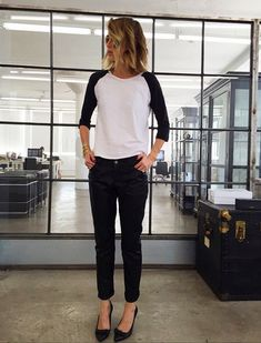 How to Pull Off the Undone Look Without Being Sloppy via The casual Friday Casual Chic, Work Casual, Casual Office, Sporty Chic, Office Looks, Mode Outfits, Casual Outfits, Casual Friday Work Outfits, Casual Fridays