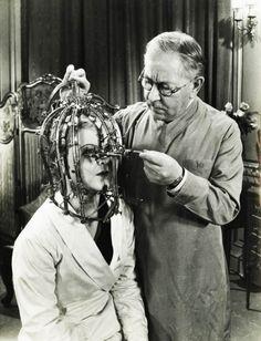 """1934 Max Factor demuestra su """"instrumento científico"""" el micrómetro de belleza que detecta defectos en la belleza femenina que son imperceptibles para el ojo humano.  (A través de vintagegal)"""