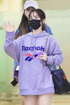 Nayeon Bias Wrecker Kawaii Fashion, Girl Fashion, Fashion Outfits, Womens Fashion, Fashion Ideas, Keanu Reeves Young, Mask Girl, Red Velvet Seulgi, Airport Style