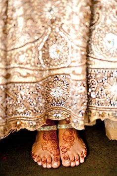Beautiful lehenga and mehndi Indian Wedding Gowns, Indian Fusion Wedding, India Pattern, Indian Colours, Bollywood Fashion, Bollywood Style, India Fashion, Cream And Gold, Mehendi