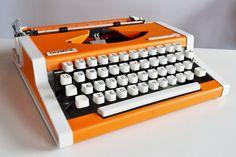 Vintage 1970s Olympia Traveller de LUXE Typewriter