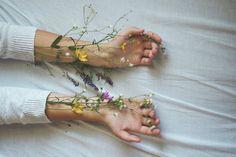Imagen de flowers, hands, and grunge