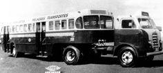 """Blog do Pesado: História do Transporte Urbano no Brasil – Curiosidades - Ônibus Papa-Fila 1956 O """"papa-filas"""" foi introduzido como uma possível solução para o problema de insuficiência da capacidade de transporte dos ônibus no final dos anos 50. Os primeiros modelos foram utilizados em São Paulo. A carroceria, fabricada pela Caio, tinha capacidade para 120 passageiros, sendo 55 sentados. O cavalo mecânico geralmente era um FNM ."""