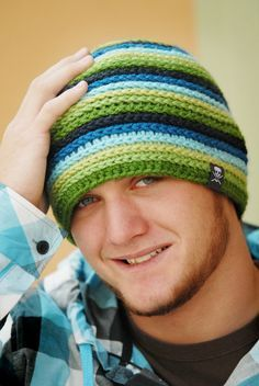 Striped blue and green Crochet hat for men, free patternCrochet hat pattern by PlayinHookyDesigns on EtsyCrochet hat for men-way to use surface braid then use a normal crocheted band to finish.same pattern as blue beanie to the right - laughingwillow Diy Crochet Hat, Sombrero A Crochet, Crochet Men, Bonnet Crochet, Crochet Beanie, Love Crochet, Crochet Scarves, Crochet Crafts, Crochet Clothes
