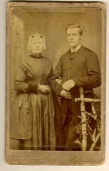 Portretfoto van Kee Oversluizen in Vlaardingse klederdracht met haar eerste echtgenoot, circa 1885 #ZuidHolland #Vlaardingen