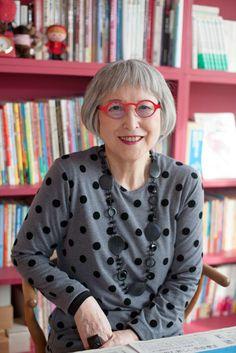 『魔女の宅急便』の作者・角野栄子さんのおしゃれで素敵な生活をつづったライフスタイル本が話題です。「わたしのテーマカラーはいちご色」と語る82歳の角野さん。カラフルな眼鏡フレームに、ヨーロッパで少しずつ集めたアクセサリー、柄違いのワンピースなど、胸がときめくようなコレクションがもりだくさん。毎日をセンスよく楽しく過ごすコツを、ご本人に伺いました。 Stylish Older Women, Fashion Over Fifty, Hair Icon, Advanced Style, Going Gray, Aging Gracefully, Grey Hair, Silver Hair, Mode Style