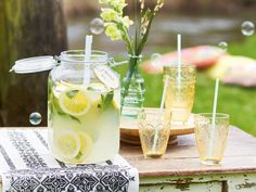 Zitronenlimonade selber machen – so geht's Lemon zest and Co .: Making lemonade yourself is so easy. Winter Drinks, Summer Drinks, Cocktail Drinks, Fun Drinks, Cocktails, Alcoholic Drinks, Beverages, Homemade Strawberry Lemonade, Easy Drink Recipes