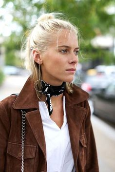 London Fashion Week Street Style: Day 3 A silk scarf for your neck to elevate your outfit! London Fashion Weeks, Estilo Hippie, Estilo Rock, Fashion Mode, Womens Fashion, Fashion Trends, Petite Fashion, Curvy Fashion, Fashion Bloggers