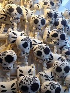 Diy day of the dead ,dia de los muertos skeleton dolls Diy Halloween, Halloween Decorations, Halloween Skeletons, Halloween 2018, Halloween Stuff, Vintage Halloween, Halloween Makeup, Halloween Costumes, Day Of The Dead Skull