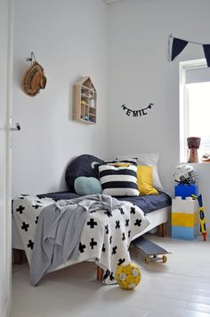 A child's room is a universe dedicated to him and in which he likes to spend time. Both a playroom and cozy cocoon, this room must combine comfort, originality and safety. Guest Room Office, Minimalist Room, Bedroom Layouts, Modern Kids, Kids Bedroom, Kids Rooms, Kid Spaces, Boy Room, Kids Furniture