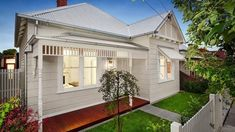 The Melbourne suburb of Thornbury is hot at the moment. Cottage Exterior, House Paint Exterior, Exterior House Colors, Exterior Design, Exterior Windows, Cottage Front Yard, House Front, Weatherboard House, Country Home Exteriors