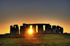 Localizado no sul da Inglaterra, Stonehenge é um sítio arqueológico pré-histórico, que fica nas planícies de Salisbury, Wiltshire. O monumento intriga milhares de pessoas ao redor do mundo com seus mistérios ainda desconhecidos.  A maior parte dos historiadores que estudaram Stonehenge afirmam que o monumento era usado como uma calculadora de pedra, uma espécie de computador megalítico, com o objetivo de prever o nascimento do Sol e da Lua no solstício e no equinócio.