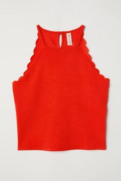 Short top in soft crêped jersey. Narrow cut at top, opening at back of neck with button, and scalloped edges around armholes. Red Top Outfit, Cute Lazy Outfits, Crop Top Outfits, Cool Outfits, Cropped Tops, H&m Tops, Teenager Outfits, Short Tops, Neue Trends