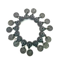 Na onda da moda Boho Chic esta linda pulseira com detalhes em preto e pingentes de moedas. <br>Uma mistura de hippie chic com boêmio e dá um ar de produção vintage.. <br>Fica ótimo com qualquer produção!