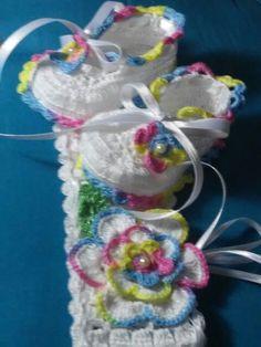 Zapatillas y cintillo; hechos por Maggi; tejidas en crochet.