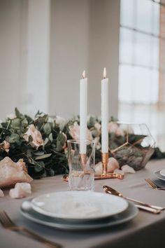 Camino de mesa de eucalipto y flores con detalles geométricos, mármol y cobre de Catherine Short Floral Design. #TableRunner #Eucalyptus