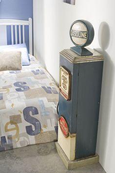 Idea de decoración para una habitación de chico. Una replica de un poste de gasolina antiguo decora esta habitación juvenil.