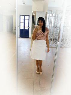 """Look do Dia: • Saía evasê branca com uma blusinha básica estampada, super tendência, estampas de bichinhos .... linda está..... Look super básico e confortável.... Porque """"conforto é tudo né"""" • #estilistajaninebraz  #modafeminina  #cristacomestilo  #assembleiadedeus"""