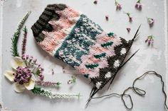 MUITAIHANIASYYSSUKAT ALUSTA LOPPUUN – MUITA IHANIA Knit Crochet, Crochet Hats, Knitting Socks, Knitting Ideas, Winter Hats, Sewing, Crocheting, Fashion, Knitting Hats