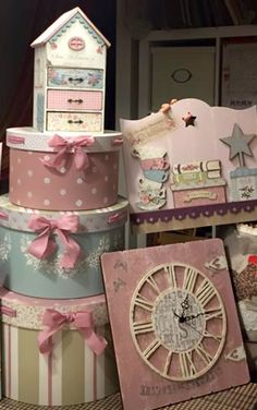 Shabby Chic Crafts, Shabby Chic Decor, Rustic Decor, Vintage Box, Shabby Vintage, Easy Crafts, Diy And Crafts, Fabric Covered Boxes, Craft Fair Displays