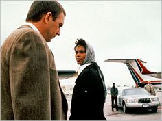 The Bodyguard - Frank Farmer (Kevin Costner) e Rachel Marron (Whitney Houston)end of movie great scene ! Kevin Costner Whitney Houston, The Bodyguard Movie, Oscar Winning Movies, Dances With Wolves, Still Picture, Old Hollywood Movies, Love Film, Film Stills, Jimi Hendrix