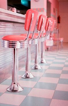 Best Picture For modern Disney Home Decor For Your Taste You are looking for something, and it is go Bar Retro, Deco Retro, Retro Party, 1950s Diner, Retro Diner, 50s Diner Kitchen, Vintage Pink, Looks Vintage, Vintage Cars