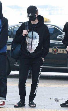 Suga is wearing a 'Stranger Things' hoodie! Min Yoongi Bts, Min Suga, Bts Jungkook, Namjoon, Bts Airport, Airport Style, Airport Outfits, Kpop Fashion, Korean Fashion