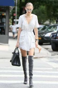 El modelo que calza Gigi Hadid, en color gris y tacón medio y ancho, es de Stuar…