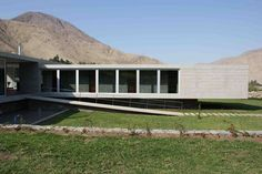 The house is located in a lot longitudinal, so that all spaces have a view of avoiding patios. the house has two floors, and has a total area of 258.90 m2 co...