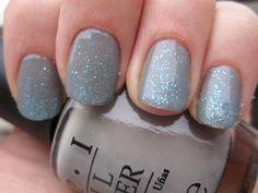 Vernis gris + paillettes bleues: je suis fière de moi!