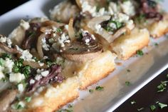 A delicious combination of gorgonzola cheese, sirloin steak, and cremini mushrooms on top of our KING'S HAWAIIAN Original Sweet Round Bread. Hawaiian Sweet Breads, King Hawaiian Rolls, Kings Hawaiian, Beef Recipes, Snack Recipes, Beef Meals, Dinner Recipes, Pizza Shapes, How To Make Pizza
