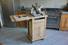 http://www.agorabutsudan.it/#!carrellino/c6  Carrello attrezzato per cucina   Si può definire più una piccola isola funzionale attrezzata con un piano in marmo, e uno laterale che raddoppia gli spazi di lavoro. è dotato d'un taliere asportabile realizzato in massello di faggio,  due cassetti a chiusura ammortizzata. il tutto strutturato in massello di rovere al naturale E alla base ruote con freno di stabilizzazione.  Dimensioni: Larghezza cm  55 Altezza   cm  88 Profondità  cm 50