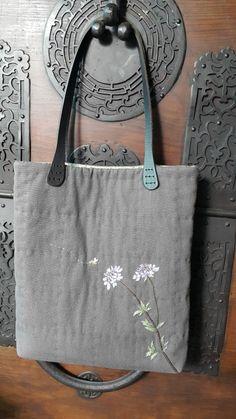 刺し子トートバッグ自作 Patchworked fabric bag with Sashiko stitching. Embroidery Flowers Pattern, Embroidery Bags, Jute Tote Bags, Japanese Bag, Hand Applique, Diy Purse, Linen Bag, Patchwork Bags, Knitted Bags