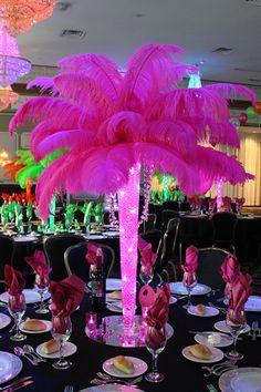 Centro de mesa con luces LED, perlas de agua y plumas para fiesta temática de negro y fucsia de quinceañera. #FiestaDe15