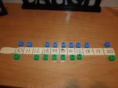 Helppo yhteenlaskupeli 2 nopalla. Kaksi pelaajaa laittaa värikuutiot lukujen viereen. Vuorollaan otetaan toiselta kuutio summan mukaan. Kumpi saa ensin toiselta kaikki kuutiot?