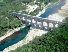 Pont du Gard - Construit vers 50 après JC, sous les règnes de Claude ou de Néron, l'aqueduc auquel le Pont du Gard appartient, alimenta pendant 5 siècles la ville de Nîmes en eau sous pression, en grande quantité.